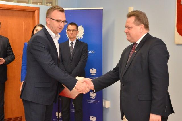 Starosta sandomierski Marcin Piwnik odbiera promesę z rąk wiceministra Jarosława Zielińskiego