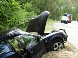 Tragedia na drodze w powiecie jarocińskim. Samochód wypadł z łuku drogi. Zginęły dwie osoby. W aucie znaleziono butelki po alkoholu