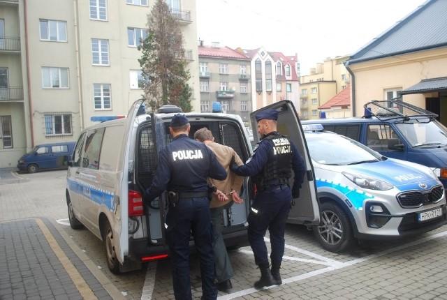Policjanci doprowadzają podejrzanego do sądu