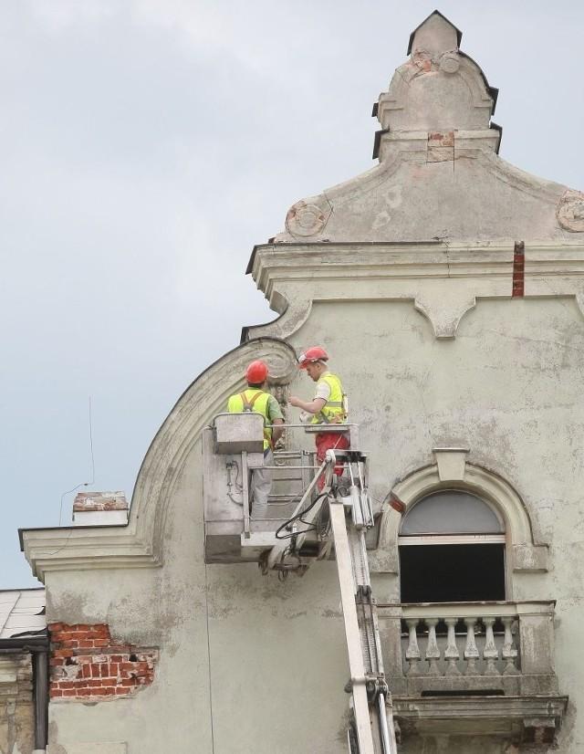 Specjaliści przed rozbiórką budynku zdjęli z elewacji ozdobne elementy architektoniczne.