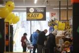 Tyle zarabiają pracownicy sklepów - stawki z Biedronki i Lidla. Ile teraz zarabia kasjer?
