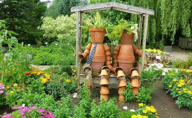 Dekoracje ogrodowe mogą mieć przeróżny charakter i być zrobione z różnych materiałów. Od rzeźb z krzewów, przez fantazyjne kwietniki i doniczki, po różne figurki i rzeźby, z klasycznym krasnalem ogrodowym włącznie.W ich wyborze ważne są dwie rzeczy: po pierwsze – mają się nam podobać. Po drugie – ich styl i charakter powinien pasować do naszego ogrodu. Warto też zadbać o to, żeby były bezpieczne, szczególnie jeśli w ogrodzie bawią się dzieci, które miewają różne pomysły.