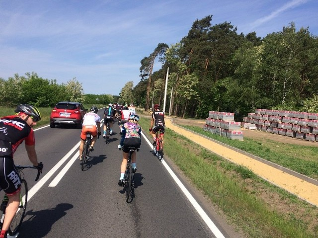 Grupa kolarzy mija budowaną ścieżkę z Kiełpina do Zielonej Góry. Kiedy zostanie ukończona, zgodnie z przepisami, będą musieli na nią zjechać. Czy zastosują się do przepisu?