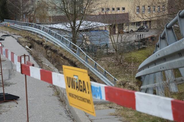 Po moście zdemolowanym przez żywioł kierowcy poruszają się obecnie tylko jednym pasem ruchu. Konstrukcja zostanie wreszcie naprawiona?