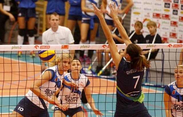 Izabela Bełcik (blokuje) jest jedną z najbardziej doświadczonych rozgrywających w lidze.