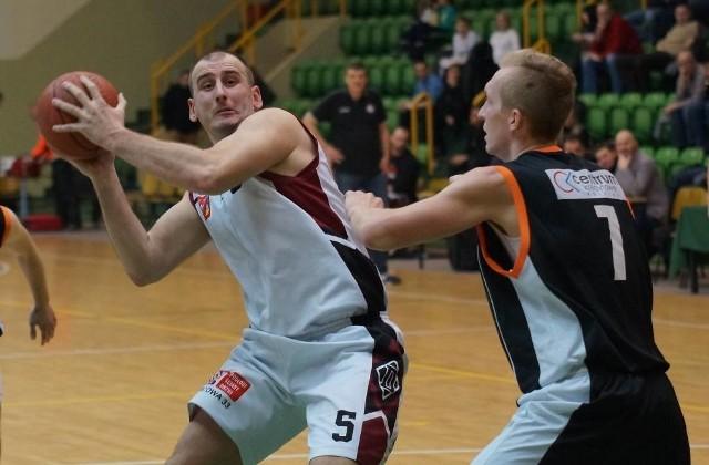 W drugiej lidze koszykówki zwycięstwo Domino Inowrocław nad drużyną BC Obra Kościan 64 do 61. Mecz odbył się w hali widowiskowo - sportowej w Inowrocławiu.