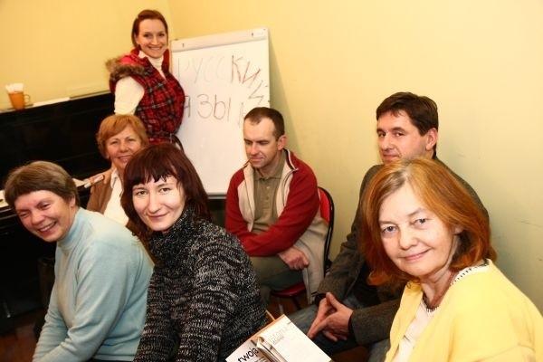 Galina Markowa (na górze) jest inicjatorką wieczoru z rosyjskim. Na spotkanie przyszli m.in. (od lewej): Elżbieta Zych, Benedykta Chilimoniuk, Sylwia Zienowicz, Radosław Chociej, Andrzej Ambrożko i Bożena Kosior.