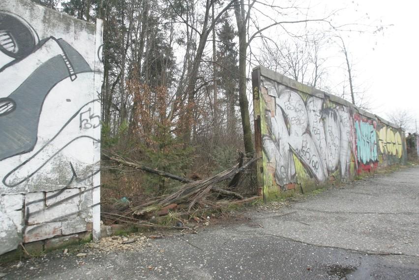 Ogrodzenie przy szpitalu na Wilchwach jest w katastrofalnym stanie