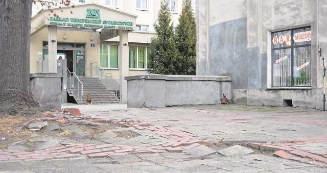 """Zniszczony chodnik na osiedlu Teatralnym zostanie wyremontowany z pieniędzy programu """"Nowa Huta dziś!"""""""