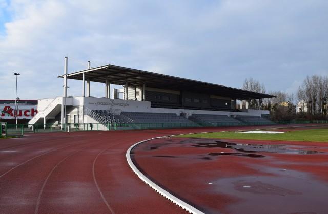 Stadion im. Opolskich Olimpijczyków w Opolu służy głównie lekkoatletom, ale w normalnych okolicznościach mogą z niego korzystać również sportowi amatorzy. Cyklicznie organizowany jest na nim również Opolski Festiwal Skoków. Zapraszamy do obejrzenia zdjęć, na których pokazujemy, jak obiekt wygląda od kulis.