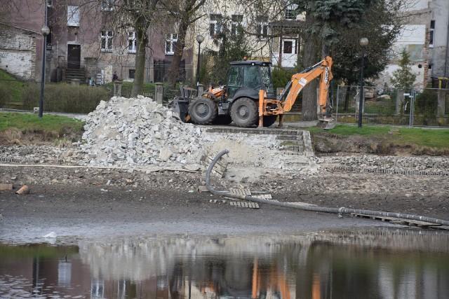 Na początku marca spuszczono wodę ze stawu. Do tej pory tylko częściowo rozebrano schody, a stawu jeszcze nie oczyszczono.