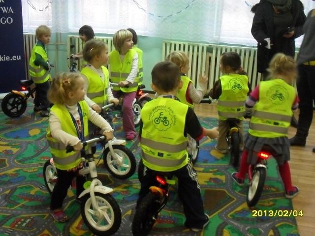 Przedszkolaki ze Smołdzina na rowerach biegowych