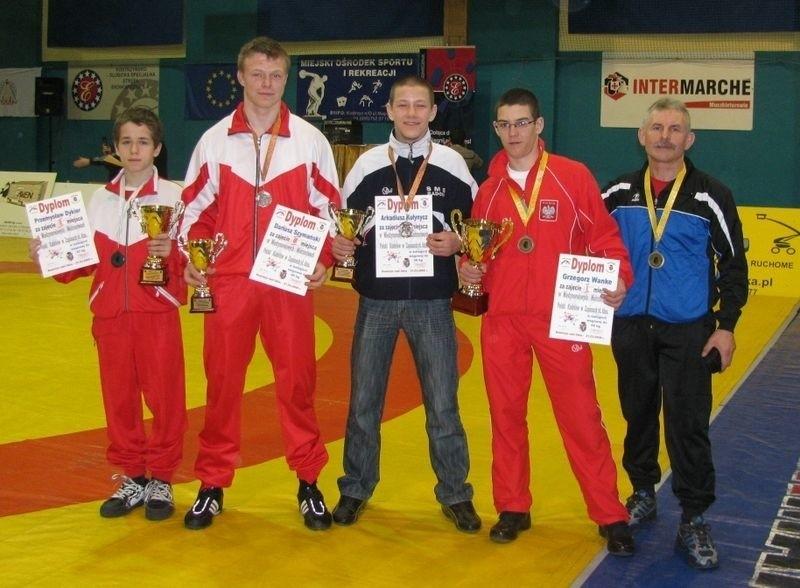 Od lewej stoją: Przemysław Dykier, Dariusz Szymański, Arkadiusz Kułynycz, Grzegorz Wanke i Kazimierz Wanke - trener.
