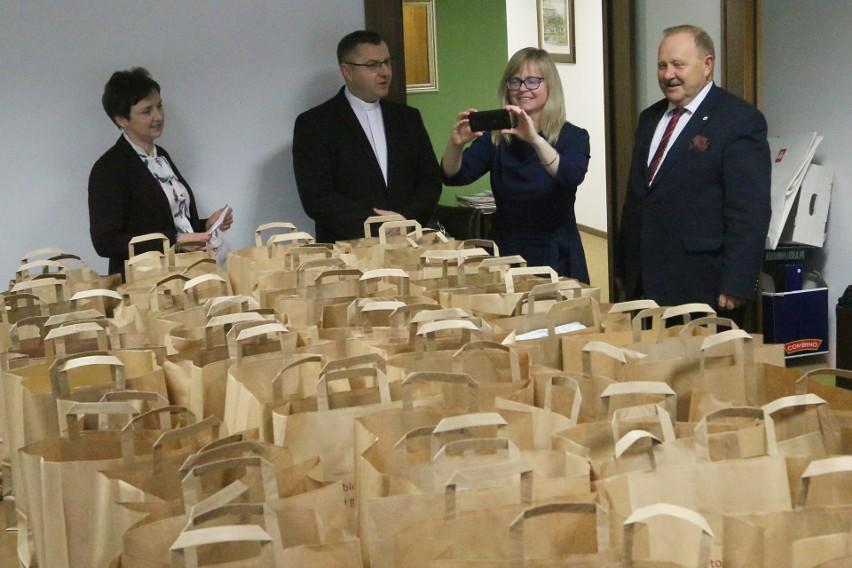Święta. Lubelscy adwokaci przygotowali paczki i przekazali je Caritas [ZDJĘCIA]