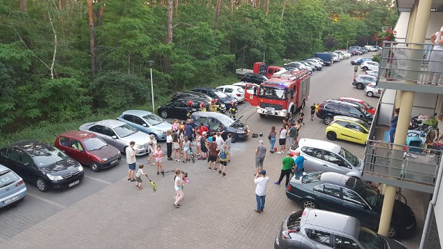 Mieszkańcy osiedla ugasili palące się auto.