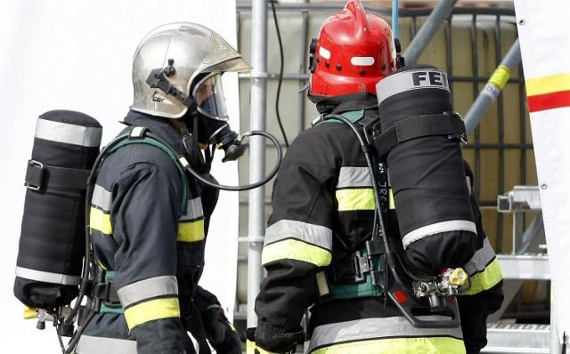 Na miejsce zdarzenia udały się wozy straży pożarnej oraz karetka pogotowia ratunkowego.
