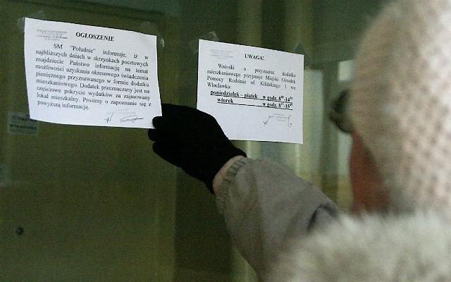 Ogłoszenie zawieszone na klatce schodowej bloku SM PołudnieZainteresowanych uzyskaniem dodatku do czynszu jest wielu, ale czy wszyscy chętni spełnią wymagane kryteria? Przy rozpatrywaniu wniosków sprawdzany jest m.in. dochód brutto i metraż mieszkania.