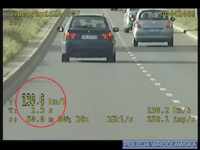 Wariat drogowy jechał prawie 140 km/h w terenie zabudowanym. Był po narkotykach