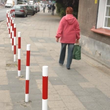 Kilka dni temu pracownicy Powiatowego Zarządu Dróg starannie odmalowali słupki