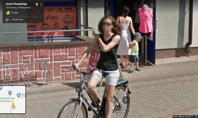 """Kolorowy samochód lub inny pojazd z logo Google i charakterystyczną """"kopułką"""" na górze w sierpniu 2017 roku można było zauważyć na ulicach Tarnobrzega, bo to wtedy robiono ostatnie zdjęcia do funkcji Google Street View.Na niektórych osiedlach zdjęcia wykonane zostały w 2013 roku. W programie automatycznie zamazywane są ludzkie twarze i tablice rejestracyjne samochodów, ale na zdjęciach można rozpoznać siebie lub kogoś znajomego po charakterystycznej sylwetce, ubraniu lub miejscu. A może to ciebie upolowała kamera Google'a - na spacerze z psem, w czasie zakupów lub podczas rowerowej przejażdżki?KOLEJNE ZDJĘCIA NA NASTĘPNYCH SLAJDACH >>>"""