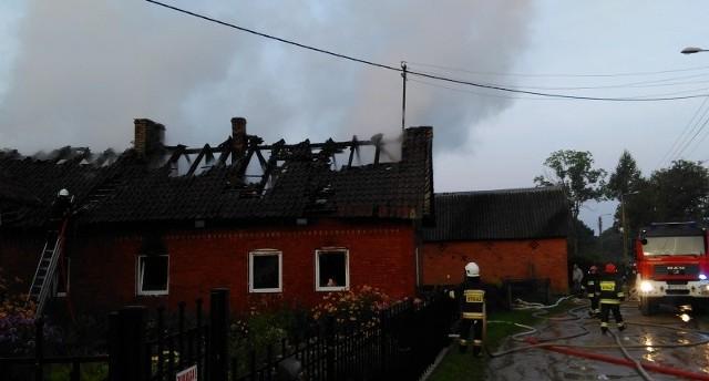 Pożar ugaszono,  wyniesiono nadpalone wyposażenie poddasza oraz ocieplenie dachowe.