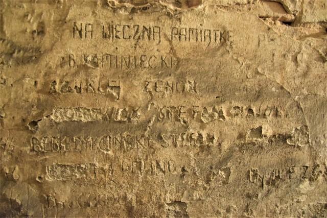 Pamiątką po areszcie UB w piwnicach kamienicy przy Solankowej 22 w Inowrocławiu są inskrypcje wyryte na ścianach przez więźniów. Ciekawostką są także potężne żelazne drzwi, które zachowały się do dziś w bardzo dobry stanie