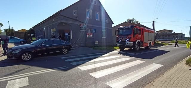 W niedzielę (31 maja) o godzinie 16.09 do służb ratunkowych wpłynęło zawiadomienie o nietypowym zdarzeniu drogowym w miejscowości Mąkowarsko (powiat bydgoski, gm. Koronowo), gdzie auto osobowe wjechało w budynek sklepu. - W Mąkowarsku auto osobowe wypadło z drogi i uderzyło w budynek sklepu. Samochodem podróżowało 5 osób, wszystkie opuściły pojazd o własnych siłach. Jedna osoba została jednak zabrana do szpitala - przekazał nam oficer dyżurny ze stanowiska dowodzenia KM PSP w Bydgoszczy. Na miejsce skierowany został miejscowy zastęp OSP KSRG Mąkowarsko. Przyczyny i okoliczności wypadku wyjaśni policja.