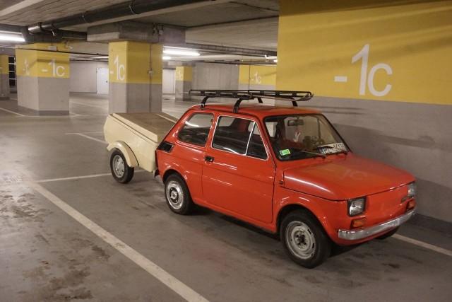Ten maluch garażuje tu od dawna. Sądząc po nartach na bagażniku dachowym - od ubiegłorocznej zimy.