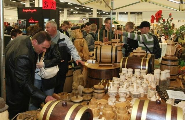 Atrakcją targów AGROTRAVEL była możliwość zakupu wyrobów rękodzieła. W tle jedno z ładniejszych stoisk targowych - stoisko województwa świętokrzyskiego.
