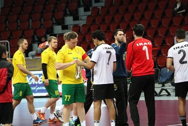 Tomasz Szklarski (w środku), kapitan Australii, przed meczem z Irakiem.