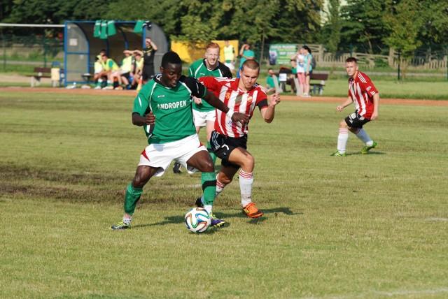 Ifeanyi Nwachukwu (z lewej) został nowym zawodnikiem Sparty Caffaro Kazimierza Wielka.