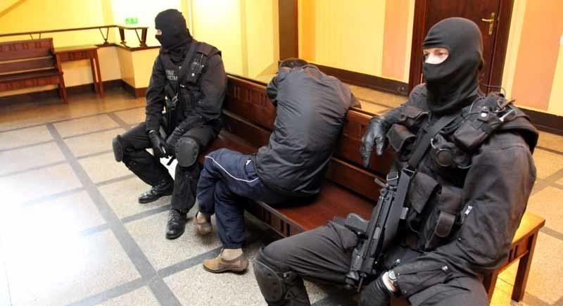 Zatrzymani Czeczeni byli w pilnowani przez uzbrojonych po...