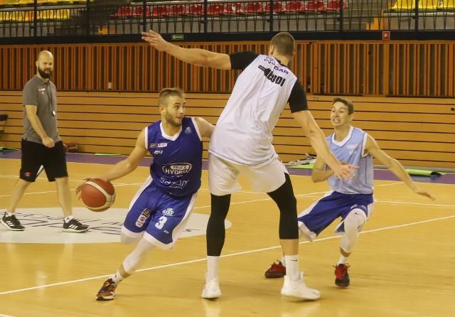 Koszykarze Hydrotrucka Radom przygotowują się do nowego sezonu w ekstraklasie. W środę odbył się otwarty trening. W sobotę radomscy koszykarze sparingowo zagrają z Legią w Warszawie. Na inaugurację rozgrywek Energa Basket Ligi sezonu 2021/2022, HydroTruck Radom zagra już w czwartek 2 września u siebie z Czarnymi Słupsk. Sezon zasadniczy zakończy się w środę 13 kwietnia przyszłego roku, a radomianie będą podejmować Anwil Włocławek.ZOBACZ ZDJĘCIA Z TRENINGU>>>