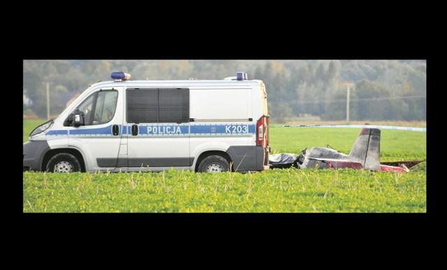 """Dramat rozegrał się po godz. 17. Kilka minut po starcie z lotniska w Krośnie, gdzie trwał """"Odlotowy Piknik"""", awionetka rozbiła się na polach w Głowience. Pilot i pasażer zginęli na miejscu. Na razie nie wiadomo, jakie były przyczyny i okoliczności katastrofy. Ustali to Państwowa Komisja Badania Wypadków Lotniczych."""