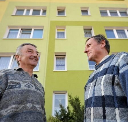 Andrzej Musielak (z lewej) i Lech Kowalewski przed swoim blokiem przy ul. Kazimierza Wielkiego.