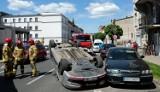 Zderzenie samochodów i dachowanie w Chojnicach. 8.06.2021 r. Przy ul. Piłsudskiego uszkodzone zostały 4 auta. Kierowcy trafili do szpitala