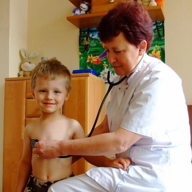 Dr Krystyna Cichoń bada 4-letniego Piotrusia. Chłopczyk był przeziębiony i przyszedł na badania kontrolne. Leczył się bez antybiotyków.