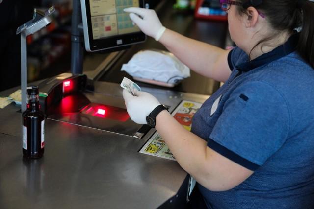 Rozprzestrzeniająca się pandemia koronawirusa spowodowała, że również sieć Lidl nie tylko wprowadziła specjalne środki ostrożności, ale również i skraca czas prac pracy swoich sklepów i wprowadza nową metodę płatności.