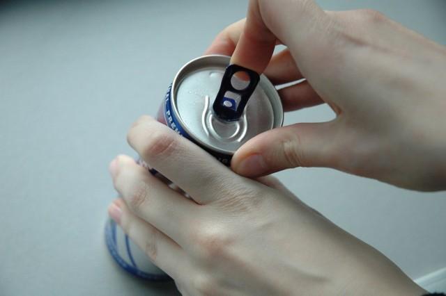 Blisko 60 proc. Polaków chce zabronić kupowania napojów energetycznych osobom nieletnim.