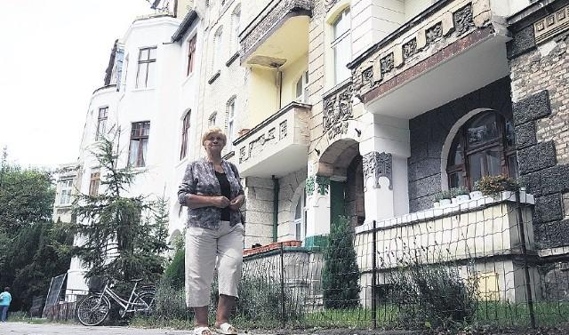 Kamienice przy ul. Hołdu Pruskiego są częściowo wyremontowane, jednak część wciąż czeka na odnowienie.