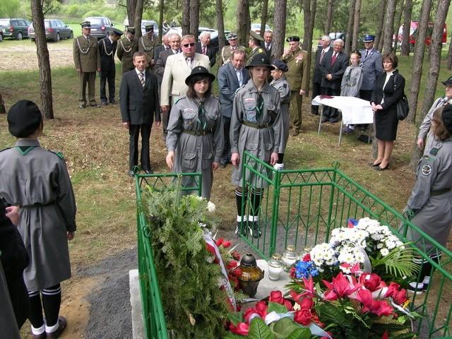 Wartę honorową przy grobie sprawowali harcerze z Łaguszowa