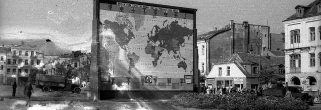 Plansza na Rynku Kościuszki ukazująca zwycięski pochód wojsk koalicji faszystowskiej