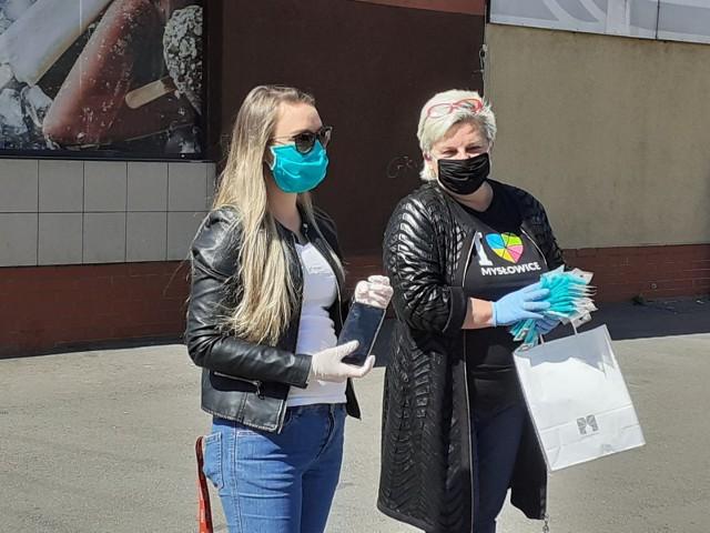 Seniorzy w Mysłowicach za darmo otrzymują maseczki ochronne.Zobacz kolejne zdjęcia. Przesuwaj zdjęcia w prawo - naciśnij strzałkę lub przycisk NASTĘPNE