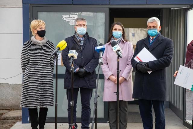 Konferencja prasowa przed szpitalem tymczasowym na hali UMB. Dzień przed uruchomieniem (26.03.2021 r.)
