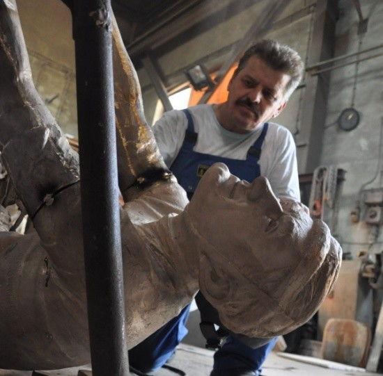 Stanisław Witek z pracowni Art Odlew przyspawał wczoraj do pomnika ręce.
