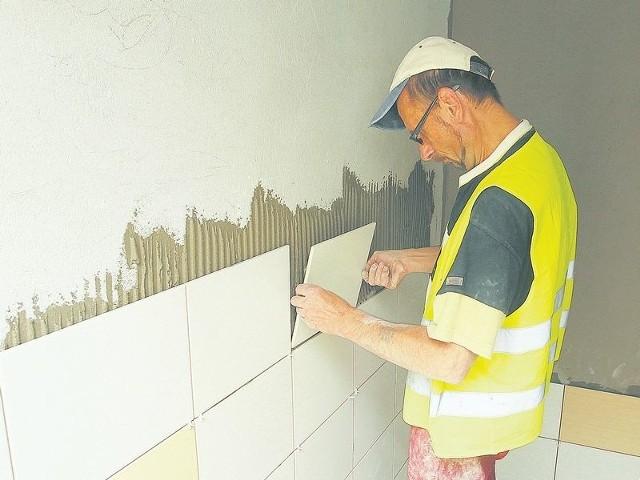 Za około dwa tygodnie w Centrum Zabiegowym będą montowane drzwi wewnętrzne w salach. Budowa łazienek, montaż grzejników, malowanie –te prace trwają. Z zewnątrz budynek Centrum ma już kształt docelowy.
