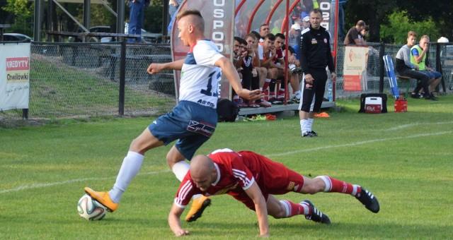 Dawid Dynarek (w czerwonej koszulce) i jego koledzy z Soły Oświęcim, na razie zostali sprowadzeni przez rywali do parteru. Czy powstaną w meczu przeciwko Wiernej?