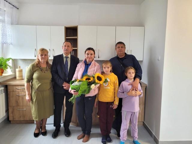 Z prawej rodzina repatriantów z Kazachstanu – potomków Polaków wywiezionych w obce strony przez komunistów