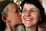 Życzenia na Dzień Matki 2021. Gotowe wierszyki i oryginalne rymowanki do wpisania na kartkę lub wysłania SMS, czy przez Messengera