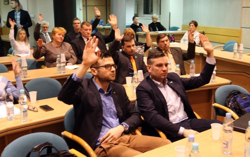 Nadzwyczajna sesja Rady Miasta Gdyni ws. uchwał oświatowych...